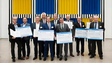 Alle Preisträger des 12. Deutschen Gefahrstoffschutzpreises in der Halle des Volkes im BMAS in Berlin.