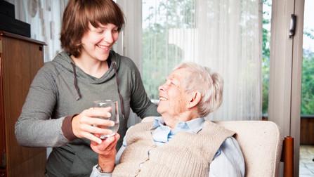 Pflegerin mit älterer Frau.