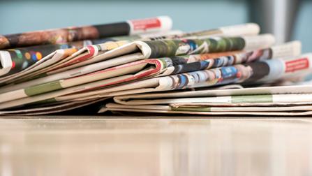 Ein Stapel Zeitungen.