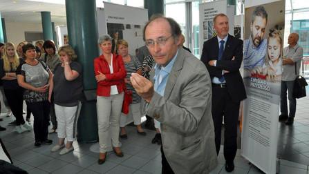Der Historiker Dr. Richard Jilka führt die Besucherinnen und Besucher durch die Ausstellung in Slubice.