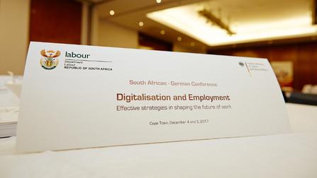 Platzschild mit der Aufschrift Digitalisation and Employment.
