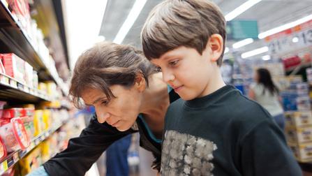 Mutter mit Kind im Supermarkt.