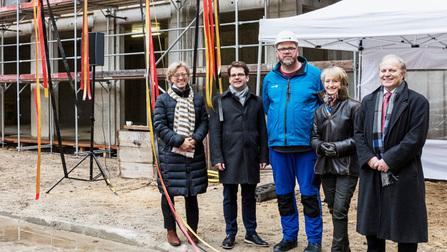 Monika Thomas, Thorben Albrecht, Falk Hempel, Petra Wesseler und  Robert Erfen vor der Baustelle.