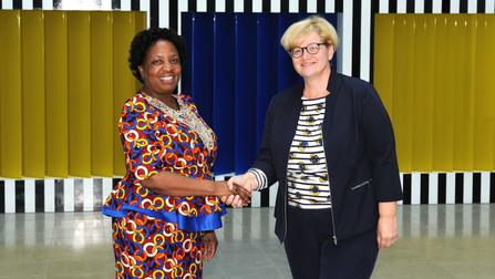 Arbeits- und Sozialministerin Joyce Simukoko mit der Parlamentarischen Staatssekretärin Anette Kramme.