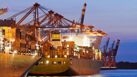 Container-Schiffe im Hafen.
