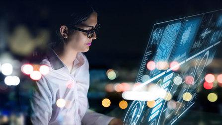 Eine Frau vor einem Hologramm-Bildschirm.