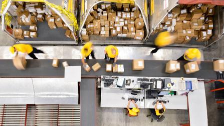Paketförderband mit Arbeitern.