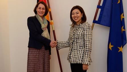 Staatssekretärin Gebers mit Arbeitsministerin Madina Abylkassymova.