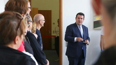 Bundesminister Hubertus Heil empfängt Bürger in seinem Büro.