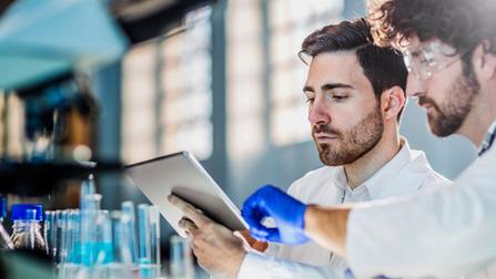 Zwei Wissenschaftler arbeiten im Labor.