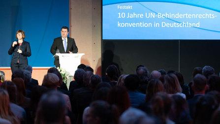 Bundesminister Hubertus Heil am Rednerpult beim Festakt.