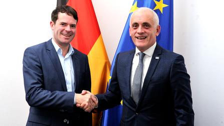 Staatssekretär Björn Böhning und der Botschafter der Republik Kosovo Beqë Cufaj.