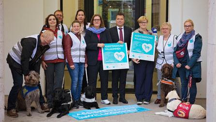 Mitglieder des Vereines Pfotenpiloten zusammen mit den parlamentarischen Staatsekretärinnen Kerstin Griese und Anette Kramme sowie Jürgen Dusel.
