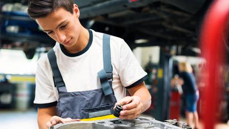 Ein junger Automechaniker bei der Arbeit.