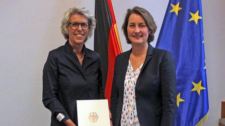 Christiane Schönefeld und Staatssekretärin Leonie Gebers.