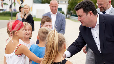 Bundesminister Heil begrüßt Schülerinnen und Schüler.