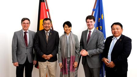 Staatssekretär Böhning (2.v.r.) mit den Spitzen der myanmarischen Delegation.