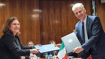 Staatsekretär Schmachtenberg bei der Übergabe der Absichtserklärung.