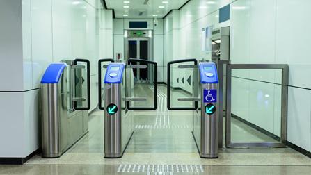 Elektronische Eingangskontrolle mit breitem Durchgang für Rollstuhlfahrer.