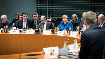 Bundesminister Seehofer, Heil, Scholz, Altmeier und Bundeskanzlerin Merkel beim Fachkräftegipfel im Kanzleramt