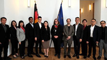 Gruppenbild mit der Parlamentarischen Staatssekretärin Griese und malaysische Abgeordnete.
