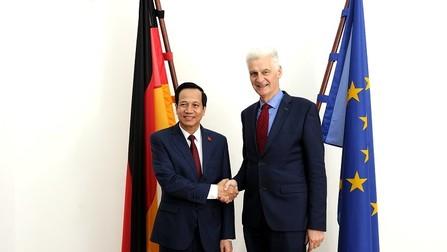 Staatssekretär Schmachtenberg und der vietnamesische Arbeitsminister Dao.