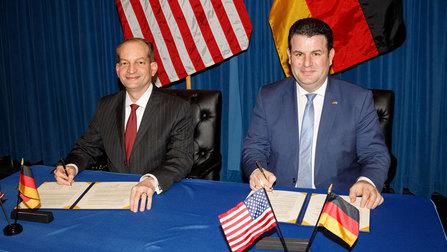 Bundesarbeitsminister Hubertus Heil und der amerikanische Arbeitsminister Alexander Acosta unterschreiben eine gemeinsame Erklärung zur bilateralen Zusammenarbeit.
