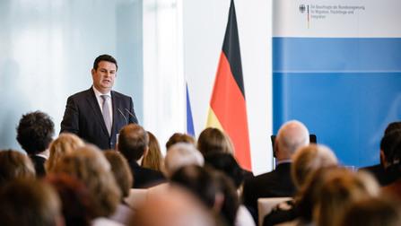Hubertus Heil spricht vor der Presse.
