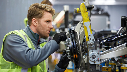 Ein Ingenieur an einer Maschine.