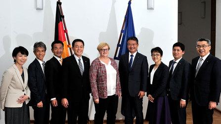 Parlamentarische Staatssekretärin Kramme mit der Delegation aus Japan.