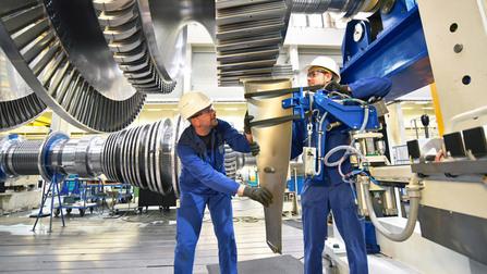 Monteure installieren eine Turbine.