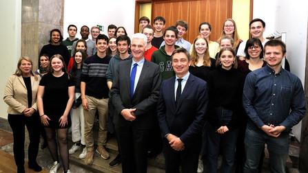 Gruppenbild mit Schülern und Dr. Rolf Schmachtenberg.