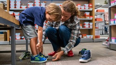 Mutter und Kind beim Schuhkauf.