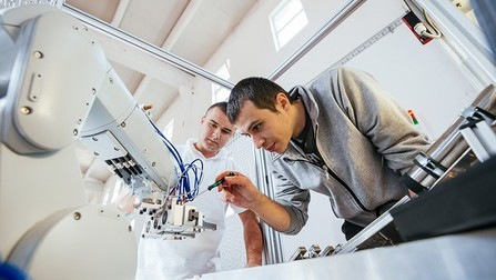Präzise Mechanik am Roboterarm in der Industrie.
