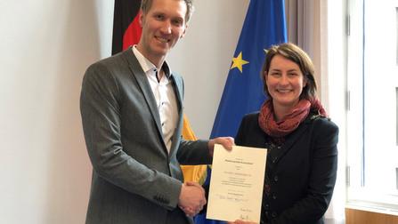 Leonie Gebers überreicht Daniel Terzenbach eine Urkunde.