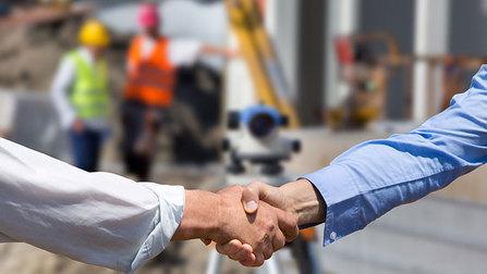 Handschlag auf einer Baustelle