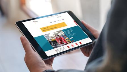 Die BMAS Website wird auf einem Tablet angezeigt.