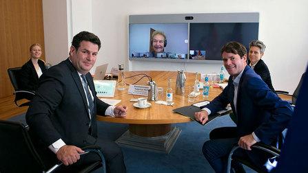 Bundesminister Heil bei einer Videokonferenz