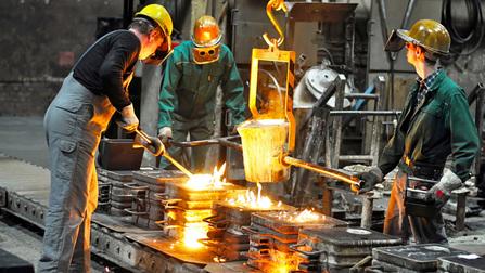 Arbeiter in einer Gießerei.
