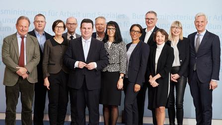 Gruppenbild mit Minister Heil und dem Rat der Arbeitswelt.