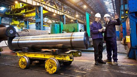 Arbeiter in der Halle eines Stahlwerks.