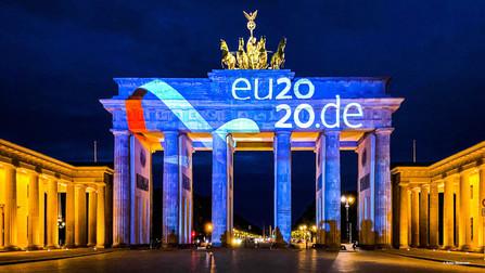 Das Logo der EU-Ratspräsidentschaft 2020 wird auf das Brandenburger Tor in Berlin projiziert.