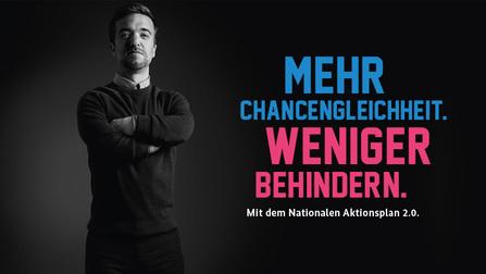 """Kleinwüchsiger Mann mit verschränkten Armen. Daneben die Aufschrift """"Mehr Chancengleichheit. Weniger behindern""""."""