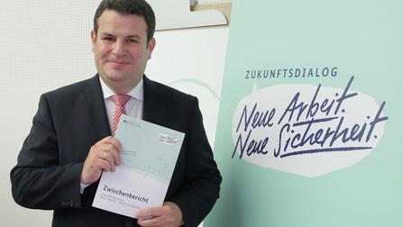Bundesminister Hubertus Heil präsentiert den Zwischenbericht.