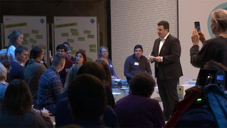 """Hubertus Heil spricht bei der Veranstaltung """"Hin Gehört"""" mit Bürgerinnen und Bürgern."""