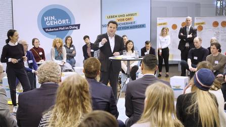 """Hubertus Heil spricht im Plenum der Veranstaltung """"Hin Gehört""""."""
