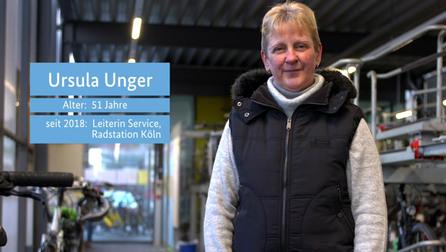 """Standbild von Ursula Unger mit den Textfeldern """"Ursula Unger"""", """"Alter: 51 Jahre"""", """"seit 2018: Leiterin Service, Radstation Köln""""."""