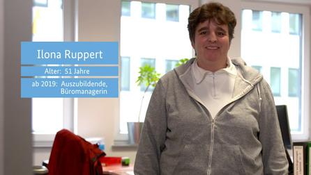 """Standbild von Ursula Unger mit den Textfeldern """"Ilona Ruppert"""", """"Alter: 51 Jahre"""", """"ab 2019: Auszubildende, Büromanagement""""."""