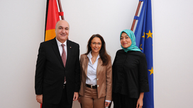 State Secretary Yasmin Fahimi with her Tunisian counterpart Sayida Ounissi and the Tunisian Ambassador Elyes Kasri. Opens page: State Secretary Fahimi welcomes counterpart from Tunisia