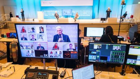 Staatssekretär Dr. Rolf Schmachtenberg im Gespräch auf der digitalen Konferenz.